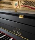 Foto de las clavijas y del teclado del Piano Vertical Petrof P122 N2