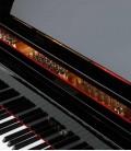 Foto detalhe do teclado e móvel do Piano de Cauda Petrof P237 Moonsoon