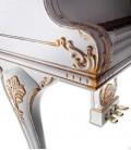 Foto detalhe da perna e móvel do Piano de Cauda Petrof P173 Breeze Rococo