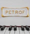 Foto detalhe do teclado e logo do Piano de Cauda Petrof P173 Breeze Rococo