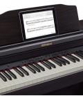 Foto da estante e teclado do Piano Digital Roland RP 501R