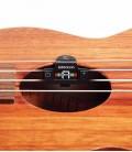 Foto do Afinador DAddario PW CT 22 na boca de um ukulele
