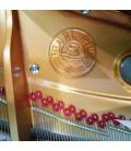 O piano de cauda Pearl River GP150 PE tem cordas Roslau alemãs